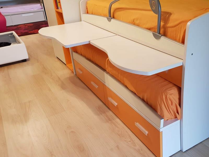 Cameretta con letto doppio, cassetti, scrivania, mensole e ...